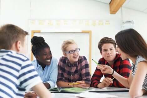 Un groupe d'élèves qui travaillent.