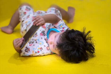 Un enfant qui joue avec une tablette.