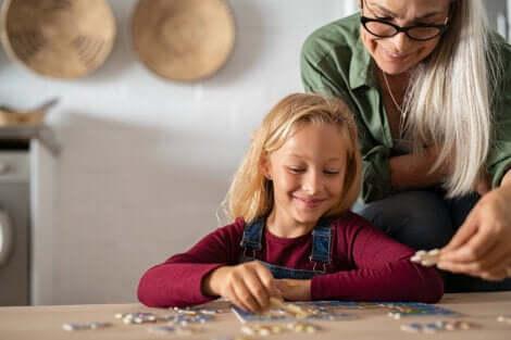 Une jeune fille qui fait un puzzle.