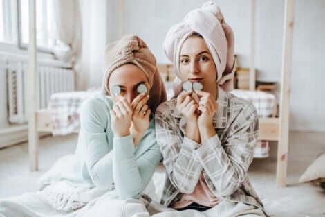 Deux adolescentes qui sortent de la douche.