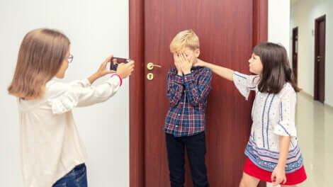 Un jeune garçon victime de bullying par deux filles.