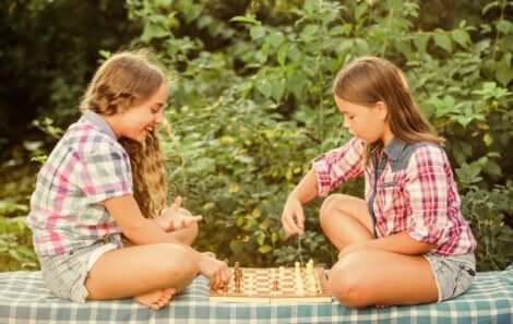 Deux jeunes filles qui jouent aux échecs.