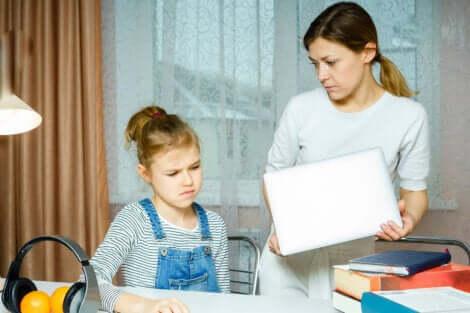 Une mère qui dispute sa fille adolescente.