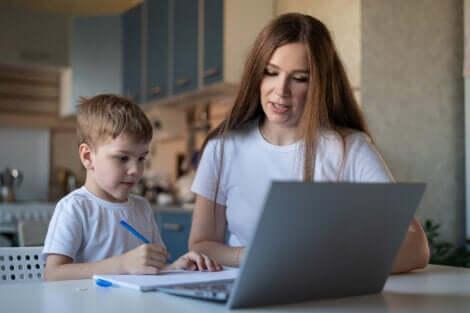 enfant avec sa mère devant son ordinateur