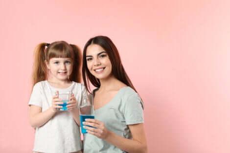 Une mère et sa fille avec du bain de bouche.