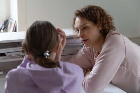 Une mère qui parle à sa fille adolescente.