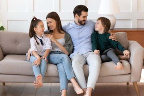 Une famille sur un canapé.