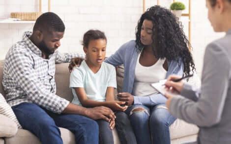 Des parents et leur fille chez le psychologue.