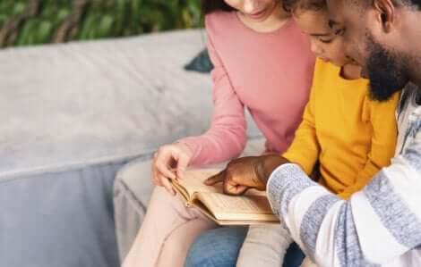 parents lisant avec leur enfant