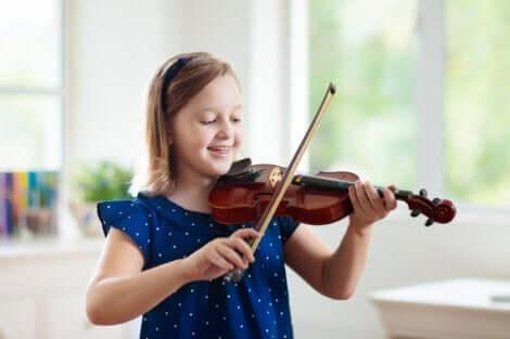 Une petite fille qui joue du violon.