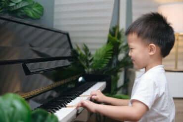 Comment la pratique musicale influe-t-elle sur la mémoire et l'attention des enfants ?