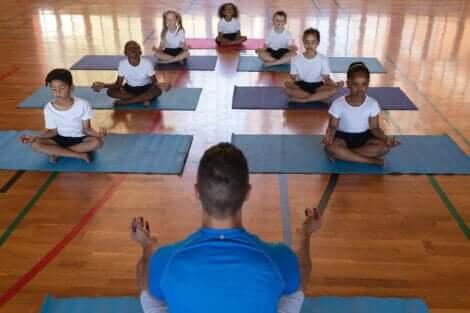 enfants faisant du yoga