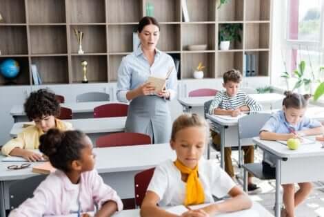 professeure faisant une dictée en classe