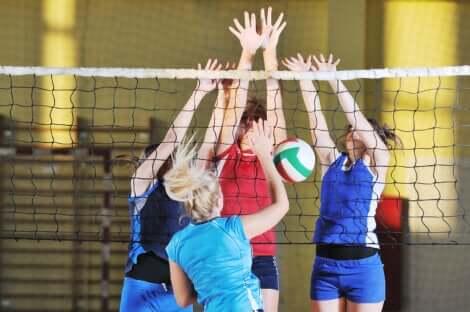 Des ados qui jouent au volley-ball.