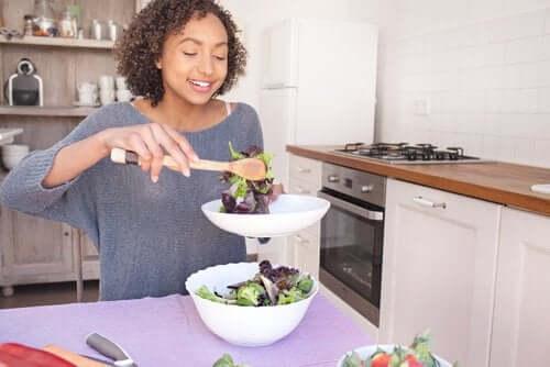 Préparation d'une salade.