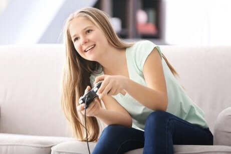 Une adolescente qui joue aux jeux vidéos.