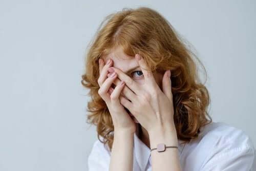 Pourquoi les complexes apparaissent-ils à l'adolescence ?