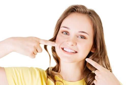 Une adolescente avec le sourire et dents blanches.