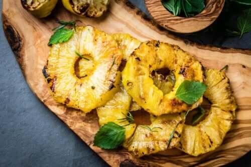 Des tranches d'ananas grillé.