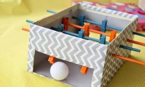 Un mini baby-foot maison en matériel recyclable activités manuelles.
