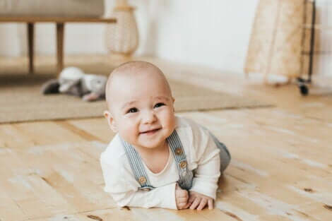 Un bébé qui rampe et sourit.