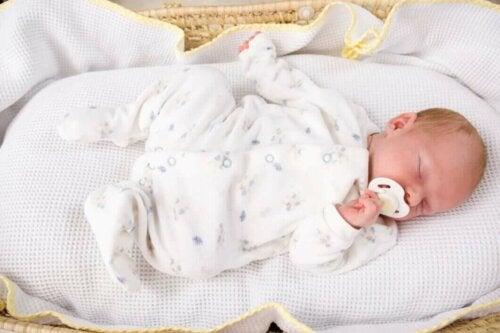 Un bébé endormi dans son berceau.