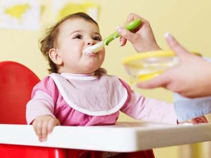 Un bébé qui mange une purée.