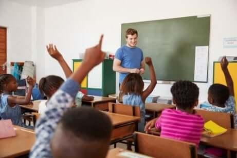 Un bon professeur dans une salle de classe.