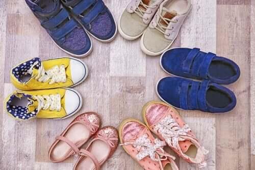 Des chaussures d'enfants.