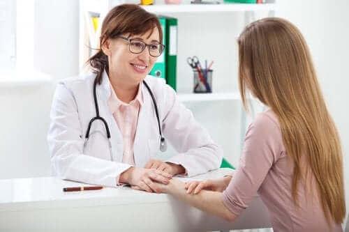 Une consultation gynécologique communication avec une adolescente.