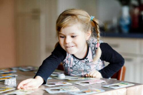 Une enfant qui joue aux jeux de mémoire.