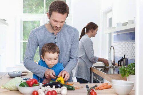 Un enfant qui cuisine avec ses parents.