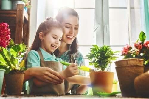 Une mère avec sa fille en botanique.