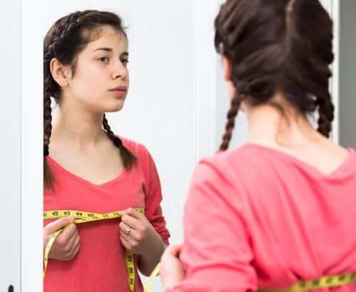 Une enfant devant le miroir : changement à l'adolescence.