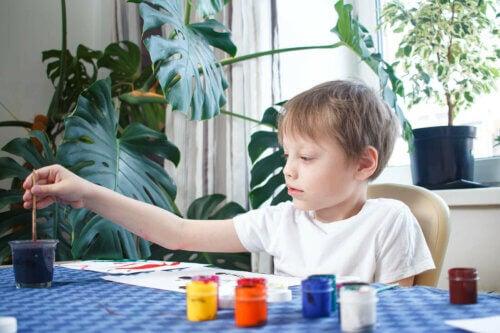 Ordre et créativité chez un enfant en train de peindre et dessiner art.