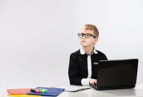 Un enfant qui travaille avec un ordinateur.