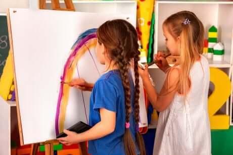 Des enfants à un atelier créatif.