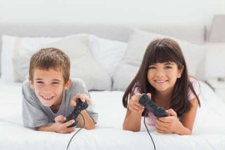 Deux enfants qui jouent aux jeux vidéos.