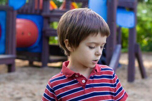 Des enfants qui parlent seuls dans un parc.