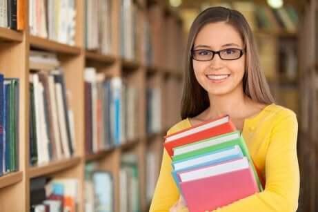 Une étudiante heureuse.