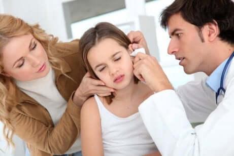 Examen de l'oreille chez le pédiatre.