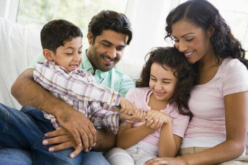 Une famille heureuse qui fait un câlin ensemble.