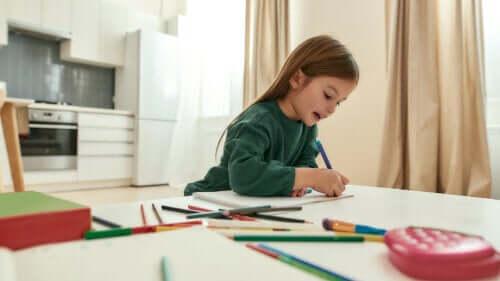 Bienfaits des soliloques : des enfants en train de parler seuls