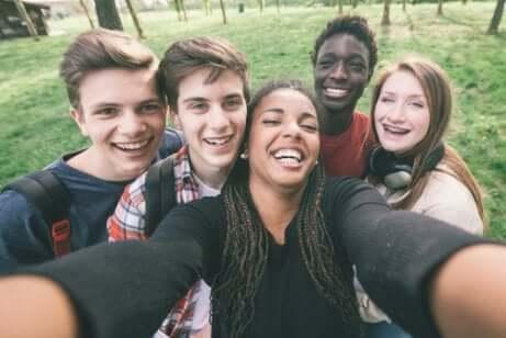 Selfie d'un groupe d'adolescents.