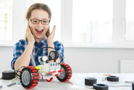 Une jeune fille qui vient de construire un robot.