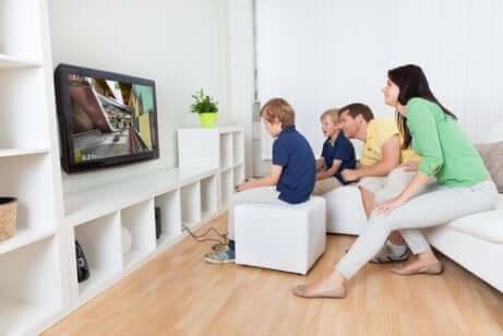 Une famille qui joue aux jeux vidéos ensemble.