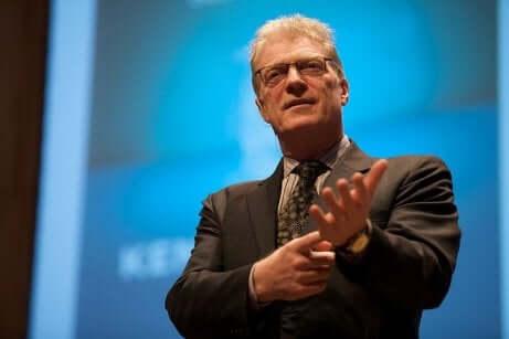 Ken Robinson sur scène.