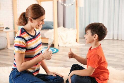 Une mère jouant avec son fils dans la chambre à des jeux de vocabulaire.