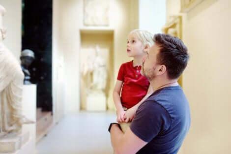 Un père qui visite un musée avec son enfant.