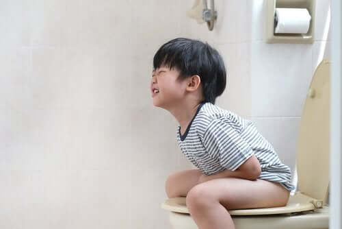 Un petit garçon qui a mal à l'estomac.